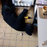 Inbouwen van koelkast in stalen frame keuken
