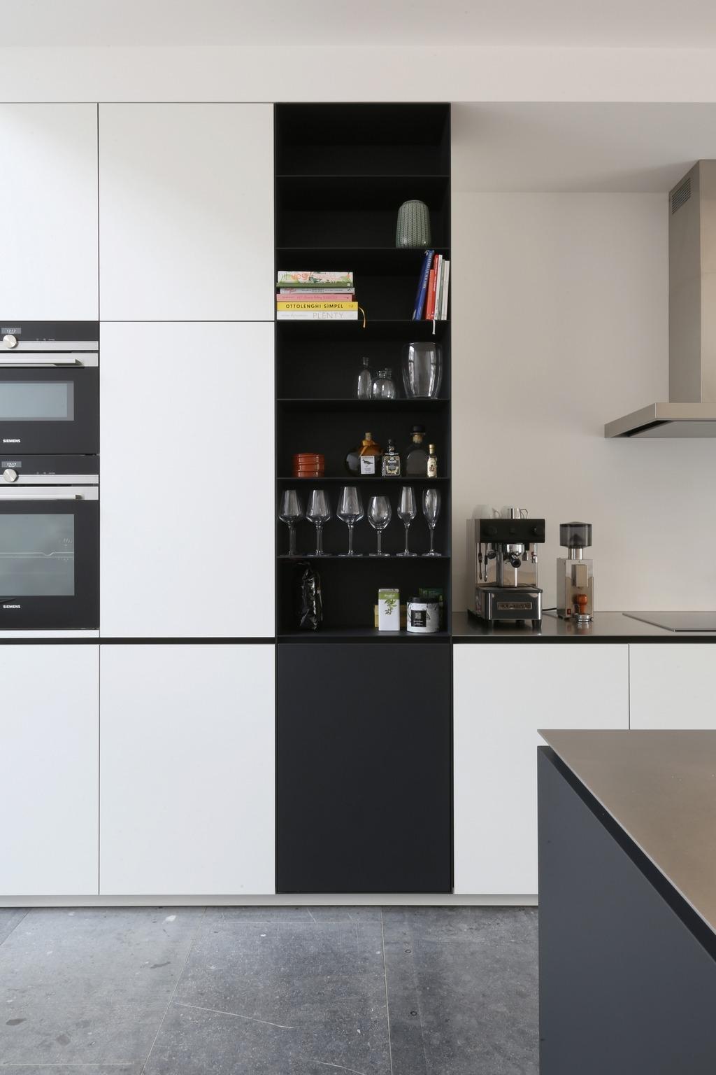 Keuken met antraciet zwart gepoederlakte/gepoedercoate stalen vakkenkast en richtingloos geschuurd RVS werkblad. Kasten van berkenmultiplex voorzien van HPL.
