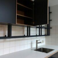 Stalen wandrek met keukenkasten en verstelbare planken