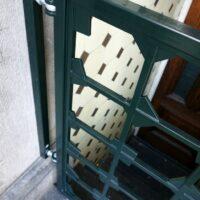 Detail van grachtengroen stalen poortje