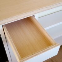 Stalen frame keuken afgewerkt met poedercoating, bamboe en Solid Color HPL - Detail