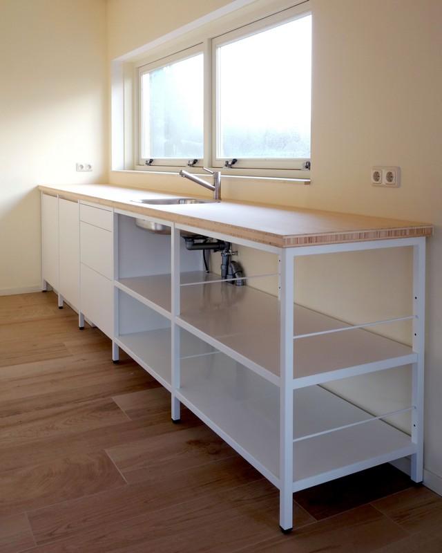 Op maat gemaakte stalen frame keuken afgewerkt met poedercoating. Bamboe kasten en lades, fronten voorzien van een Solid Color HPL