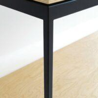 Stalen sidetable / wandtafel - Gepoedercoat stalen frame met houten planken - Detail afwerking