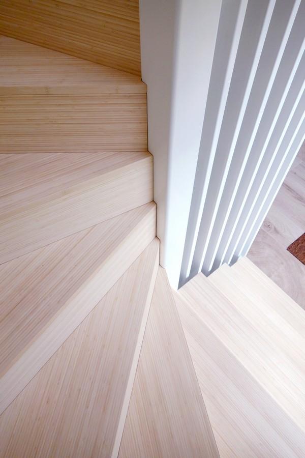 Stalen trap met trede van bamboeplaatmateriaal