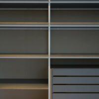 Stalen wandrek en boekenkast - Stalen frame met houten planken en HPL
