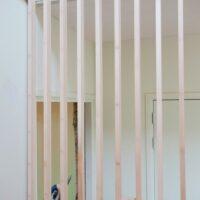 Balustrade van bamboeplaatmateriaal met specht