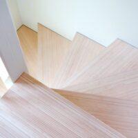 Stalen trap - detail van spil met traptrede van bamboe