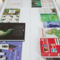 Stalen tafel met boekenvitrine – Detail van boekenvitrine