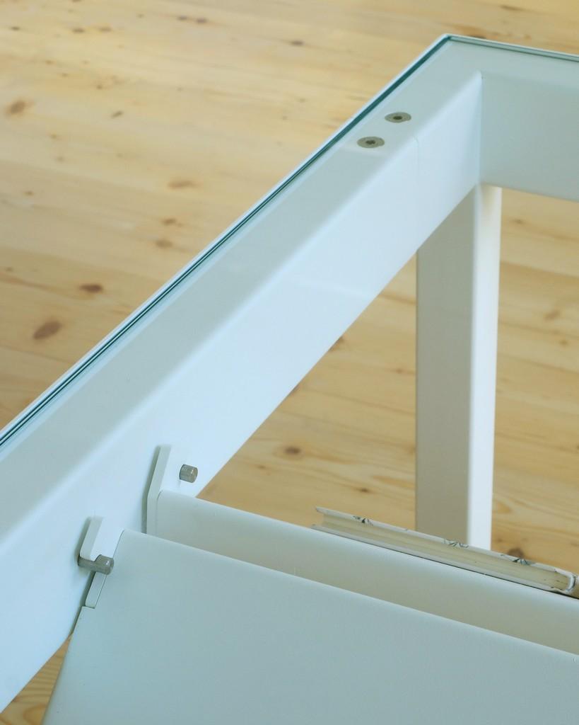 Stalen tafel met boekenvitrine - Detail van kleppen