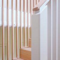 Stalen trap met balustrade en leuning van bamboe