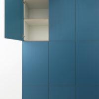 Op maat gemaakte inbouwkast voor woonkamer met berkenmultiplex voorzien van HPL
