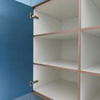 Op maat gemaakte inbouwkast voor woonkamer met vakverdeling en gemaakt van berkenmultiplex voorzien van HPL