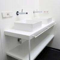 Op maat gemaakt stalen badkamermeubel van gepoedercoat/gepoederlakt staalmet ranke handdoekstang.