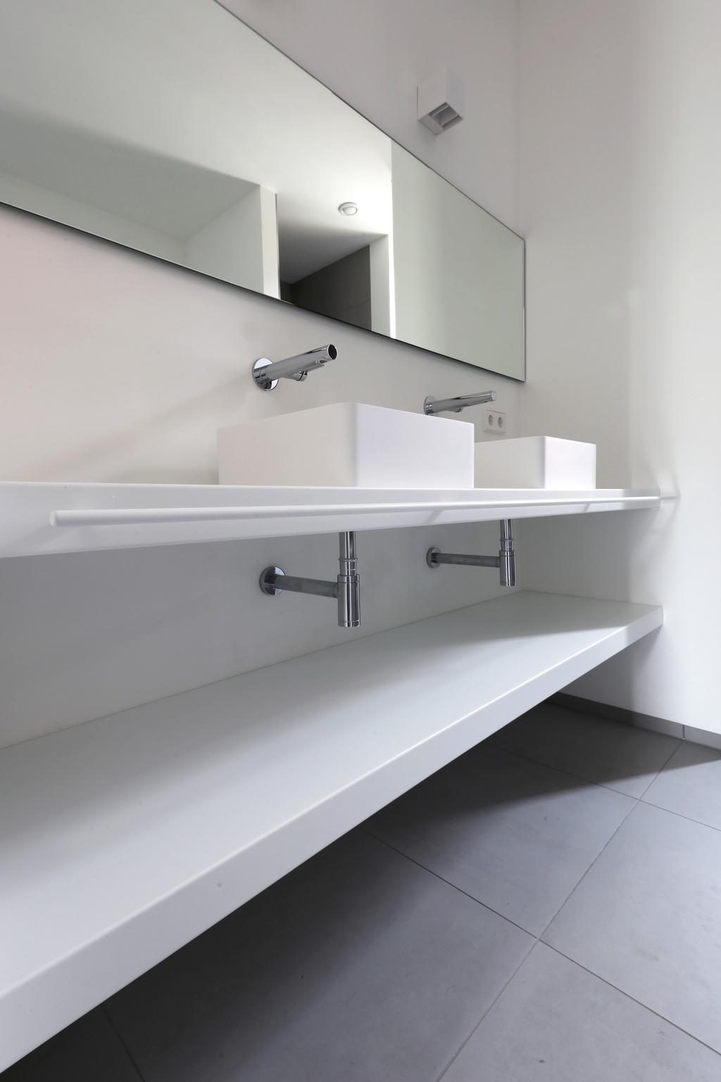 Op maat gemaakte zwevende badkamerplanken van gepoedercoat/gepoederlakt staalmet ranke handdoekstang.