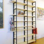 Stalen frame kast met bamboe voor beelden en boeken