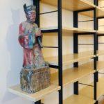 Stalen frame kast met planken van bamboe en beeld