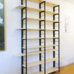 Stalen kast met bamboe voor beelden en boeken