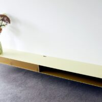 Zwevend tv-meubel van staal met open vak en plexiglas klep
