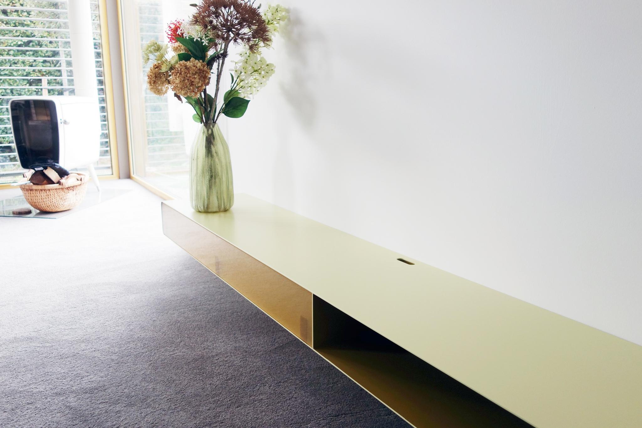Zwevend tv-meubel van staal met open vak en plexiglas klep_breed