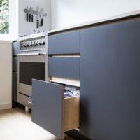 Keuken met berkenmultiplex lades en linoleum fronten