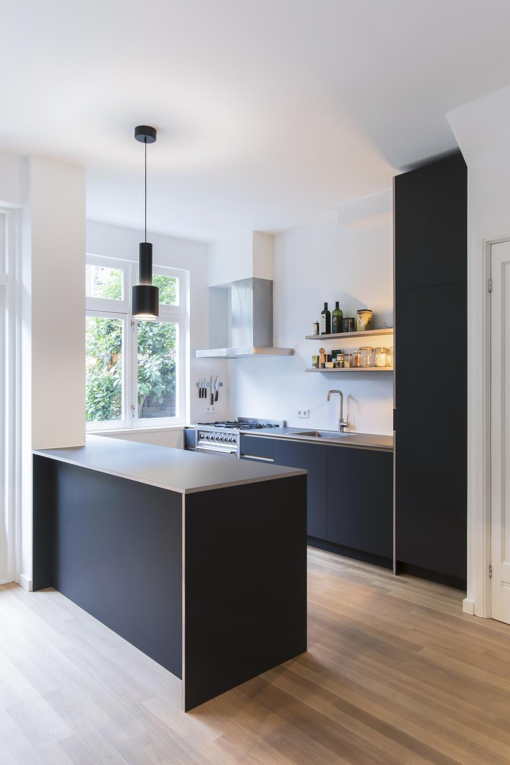 Keuken met schiereiland, SMEG fornuis gemaakt van linoleum en berkenmultiplex - Amsterdam Zuid