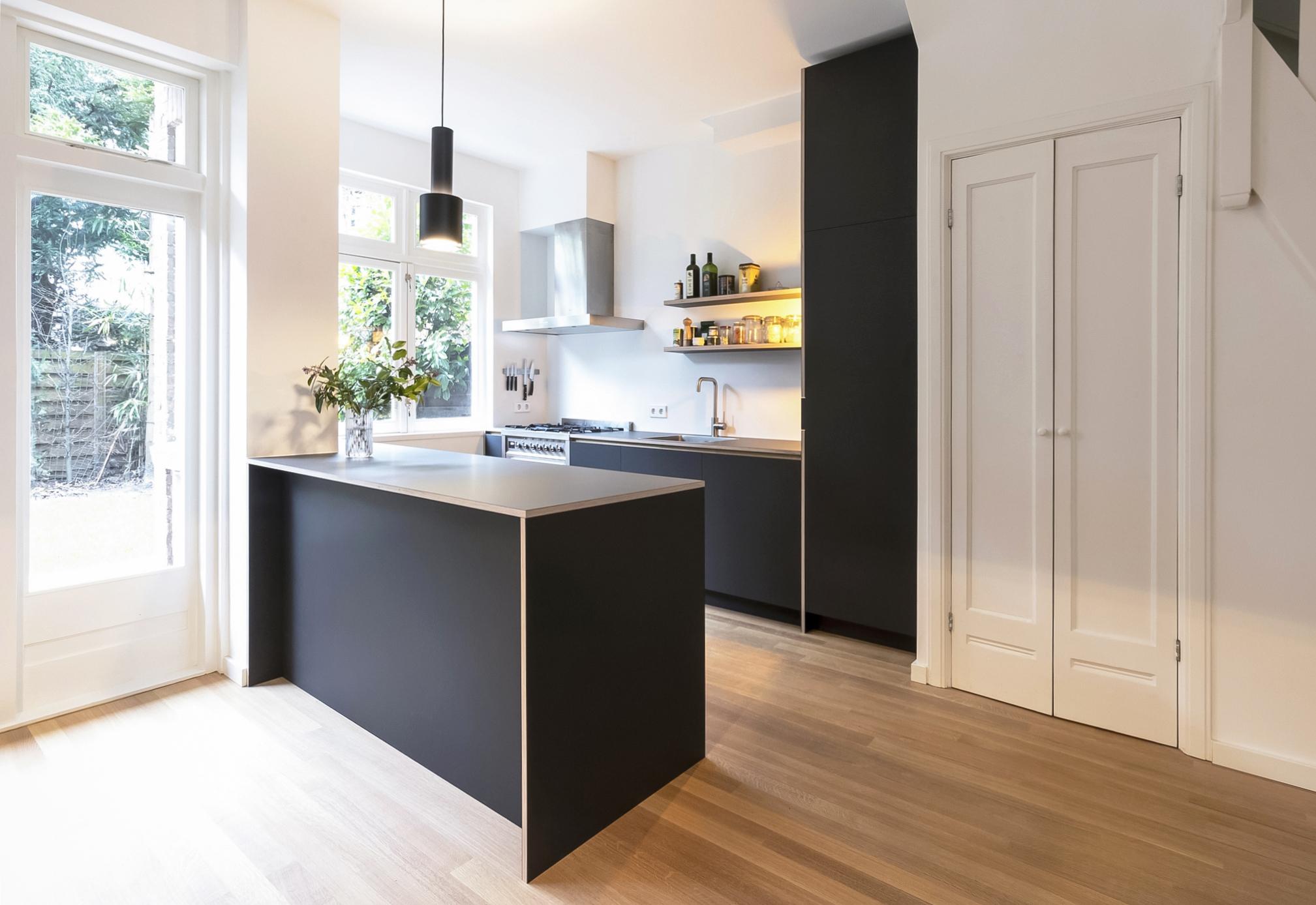Keuken met schiereiland en SMEG fornuis gemaakt van linoleum en berkenmultiplex - Amsterdam Zuid