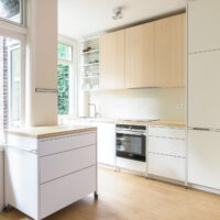 Keuken op maat met stalen frame bamboe keukenblad, -trolley en wandrek
