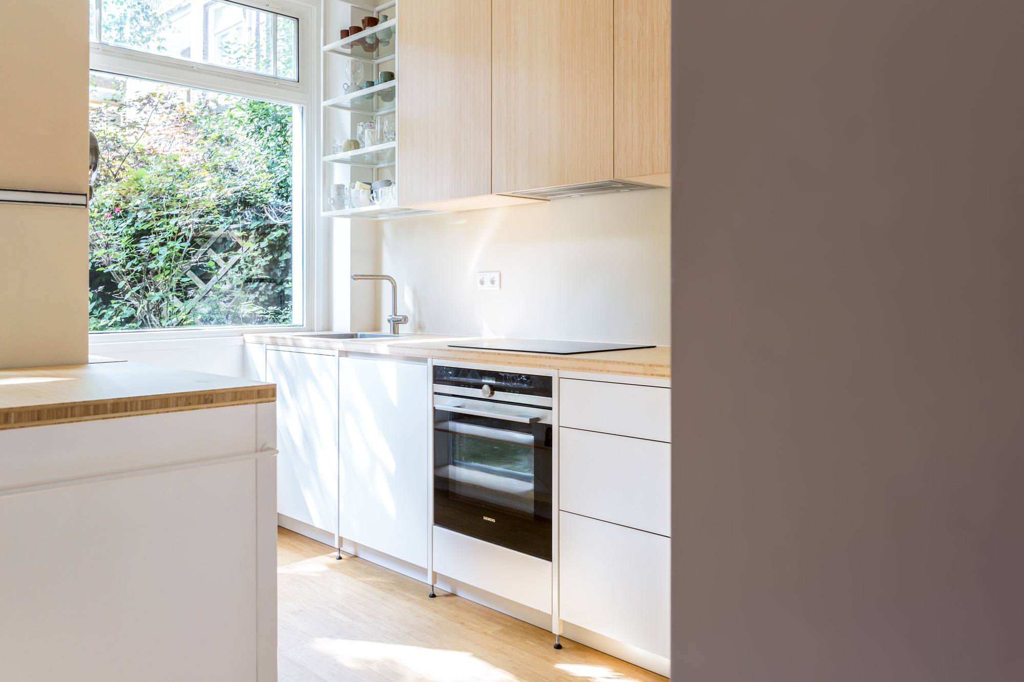 Stalen frame keuken met bamboe en keukentrolley