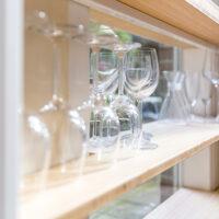 Wijnglazen in stalen keukenrek met bamboe planken